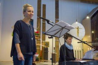 Die Musiklehrerinnen Jorinde Jelen und Elke Schroeder gestalteten den Abschlussgottesdienst musikalisch. Foto: SMMP/Ulrich Bock