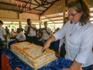 Schwester Fátima Sehnem teilt den Kuchen für die 350 Festgäste auf. Foto: Sr. Theresia Lehmeier/SMMP