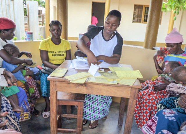 Schwester Isselia überprüft die Karteikarten der Familien, die an dem Milchprojekt teilnehmen. Foto: Sr. Theresia Lehmeier/SMMP