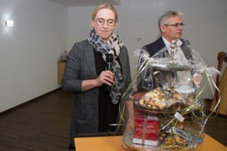 Michaela Bertelt und Michael Schäfer überreichen Ida Knecht eine Etagere. Foto: SMMP/Ulrich Bock