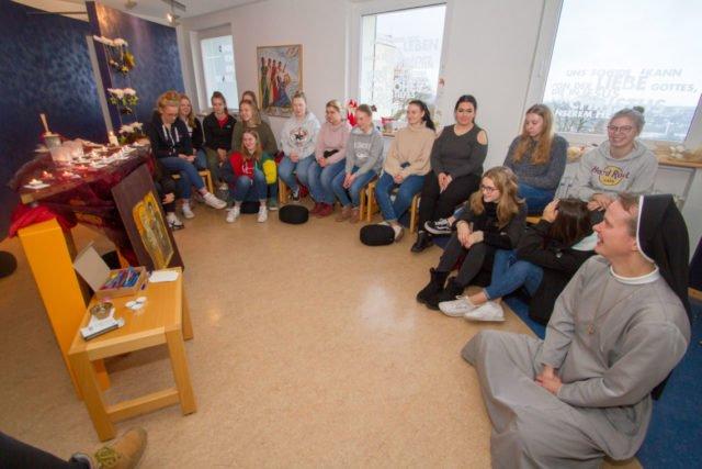 Die Einladung zum Adventsimpuls im Meditationsraum nehmen fast 20 Schülerinnen und Schüler an. Foto: SMMP/Ulrich Bock