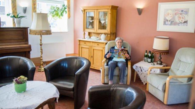 Abstand wahren ist das Gebot der Stunde - auch in den Seniorenheimen. Dennoch gibt es in den Häusern weiterhin Begegnungen und Angebote für die Bewohnerinnen und Bewohner. Foto: SMMP/Ulrich Bock