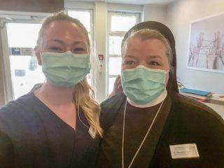 Klinikseelsorgerin Schwester Bernadette Maria Blommel mit der Auszubildenden Sophie Meinke im St. Elisabeth-Krankenhaus in Dorsten. Foto: SMMP