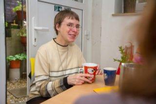 Schwester Klara Maria Breuer sitzt zwischen den Besuchern des Treffs an der Clemenskirche. Inzwischen ist die Essensausgabe in Zelte ausgelagert. Foto: SMMP/Bock