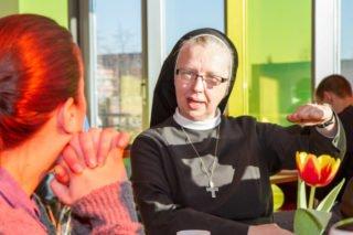 """Ein Foto aus """"normalen"""" Zeiten: Schwester Margareta redet schon beim Frühstück mit den Jugendlichen und erfährt, was sie beschäftigt. Foto: SMMP/Bock"""