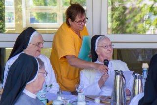 Die älteren Schwestern aus dem Bergkloster gratulieren Schwester Johanna mit einem Gedicht zum Namenstag. Foto: SMMP/Ulrich Bock