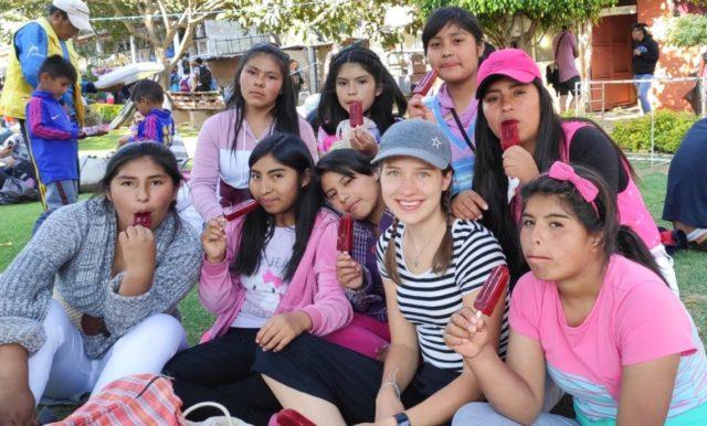 Die Missionarin Hannah Politowski mit Kindern an ihrer Einsatzstelle, dem Kiinderdorf Cuatro Esquinas in Cochabamba. Foto: privat