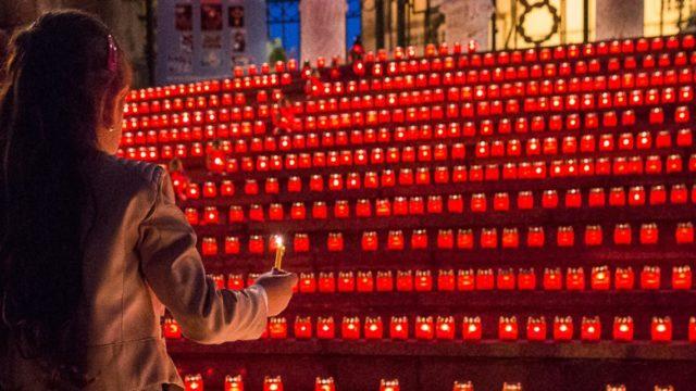 Mit Kerzen gedenkt man am Allerheiligentag den Toten. Foto: SMMP/Achim Pohl