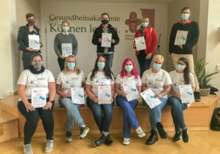 Abschluss in Geseke: Die Rückenwind-Teilnehmerinnen und -teilnehmer der mittleren Führungsebene freuen sich über ihre Zertifikate. Foto: SMMP