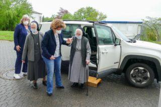 Schwester Heriburg und Schwester Raphaela Maria wurden in einem Geländewagen zum Placida-Viel-Berufskolleg gebracht. Foto: SMMP/Katja Hofbauer