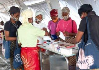 Helferinnen bereiten sich im Zeltkrankenhaus des Flüchtlingslagers auf ihren Einsatz vor. Darunter auch einige Schwestern der heiligen Maria Magdalena Postel. Foto: Sr. Leila de Souza e Silva/SMMP