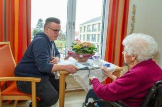 Florian Helling hat seine Ausbilung im Haus Maria in Geseke absolviert udn arbeitet dort jetzt im ambulanten Dienst. Foto: SMMP/Ulrich Bock