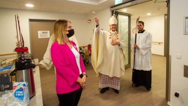 Weihbischof Rolf Lohmann geht durch die Wohnbereiche und segnet das Haus St. Martin ein. Foto: SMMP/Ulrich Bock